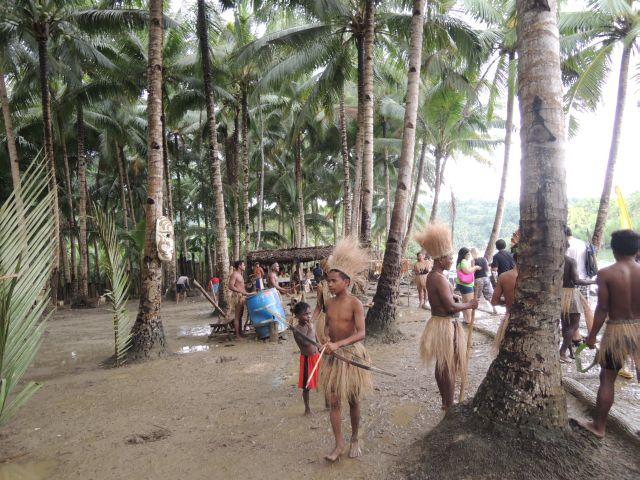 Племя на берегу реки